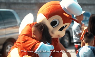 Jollibee surprises holiday commuters with free Chickenjoy during their ride home